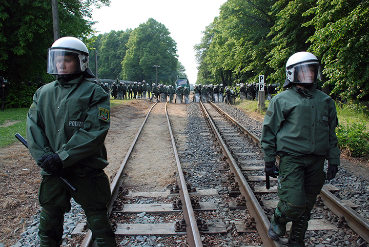 *11 * G8-21-Polizei Guard Tracks